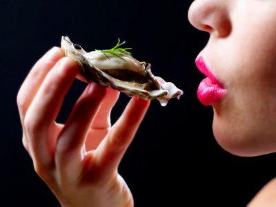 Kobieta spożywa ostrygi