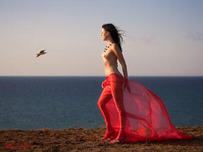 Naga dziewczyna na brzegu morza
